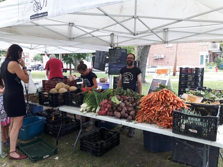Membre producteur vendre des produits frais locaux
